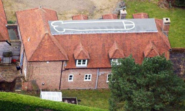 Подросток нарисовал пенис на крыше родительского дома. Изображение № 1.
