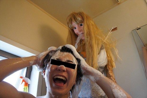 Одинокий парень превратил свой душ в девушку. Изображение № 11.