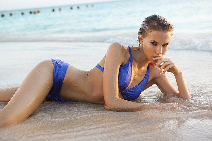 Журнал Surfing Magazine опубликовал специальный выпуск, посвящённый моделям в купальниках. Изображение № 7.