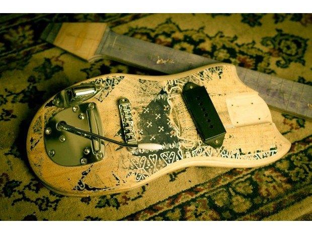 Аргентинская мастерская создает электрогитары из старых скейтбордов. Изображение № 20.