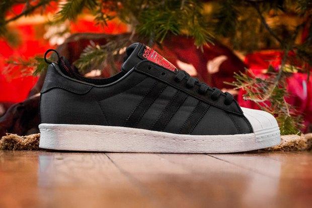 Марка Adidas и хип-хоп-группа Run-D.M.C. выпустили модель обуви с рисунками покойного Кита Харинга. Изображение № 1.
