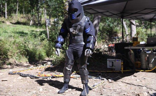 Discovery показал, что представляет собой костюм для съедения заживо анакондой. Изображение № 5.
