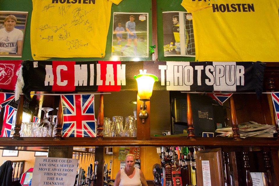 Фоторепортаж: Как устроены фанатские пабы Лондона. Изображение № 48.
