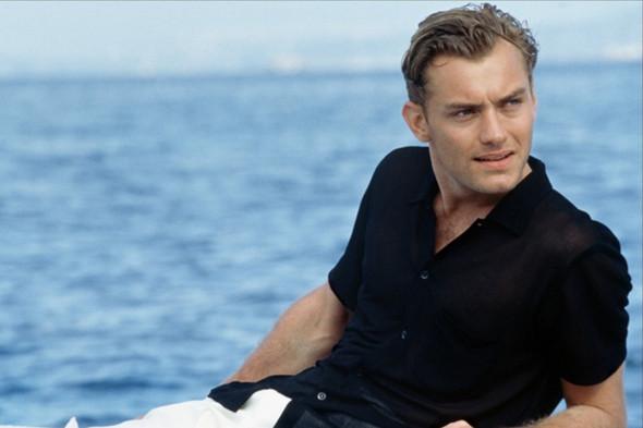 Не очень ревнивый (и не очень верный) Джуд Лоу носит черную рубашку с белыми брюками, и тут становится ясно: как бы ни был талантлив мистер Рипли, в выборе рубашек Лоу его перещеголял. Изображение №5.