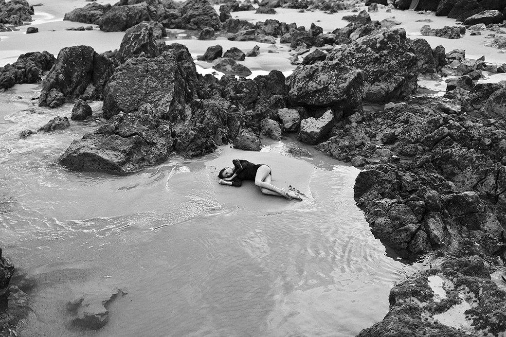 Жаклин: Красивая полька на пустынном пляже. Изображение № 2.