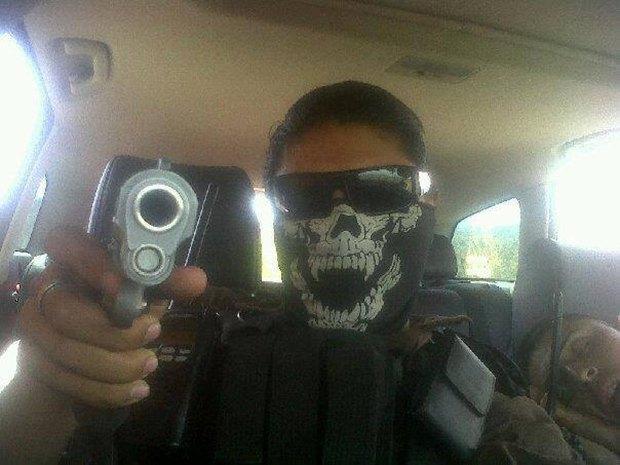 В сети нашли члена мексиканского наркокартеля, который любит делать селфи. Изображение № 5.