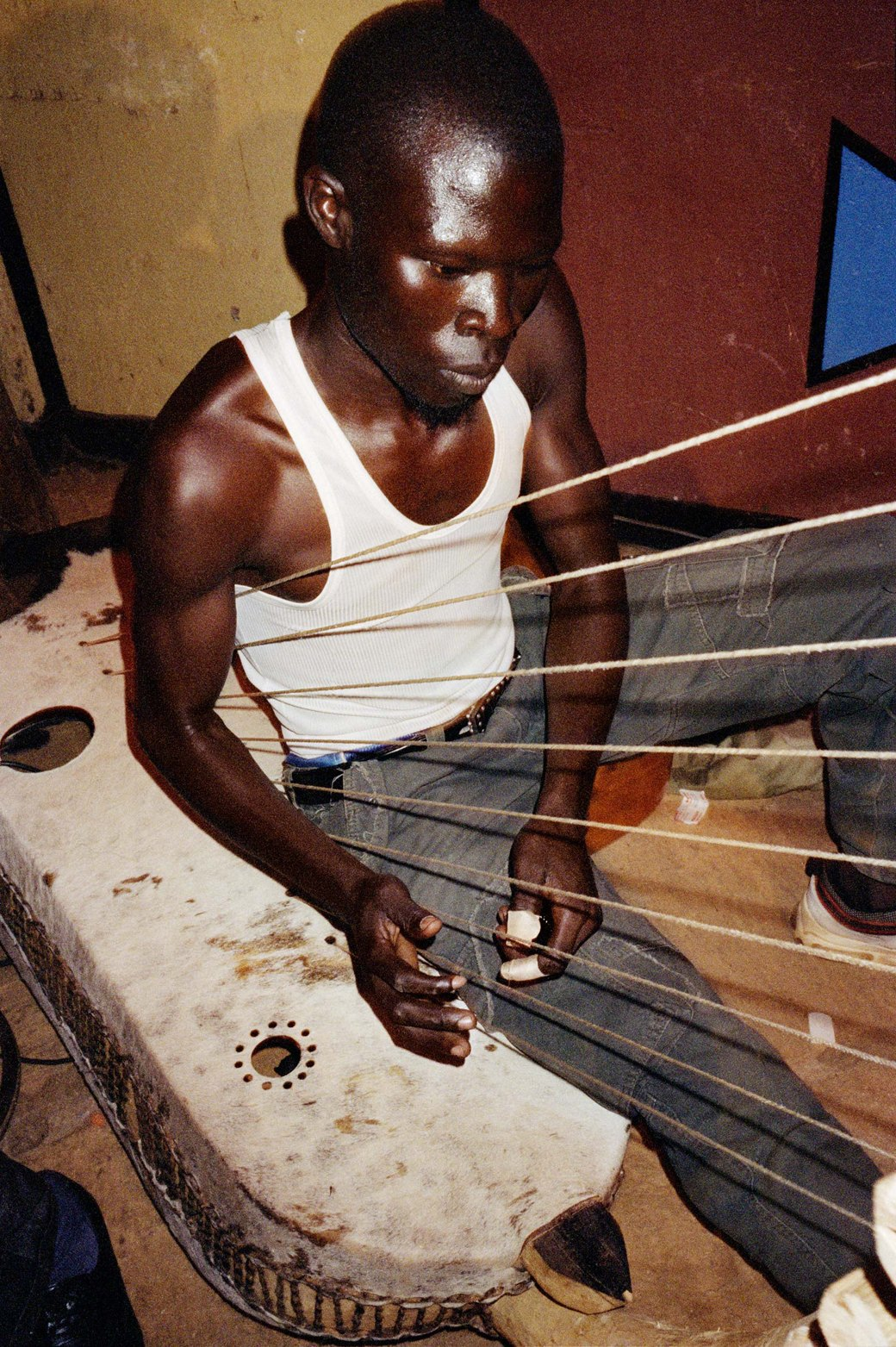 Сутенёры, лучники и золотая молодёжь: Фоторепортаж о ночной жизни в Уганде. Изображение № 16.