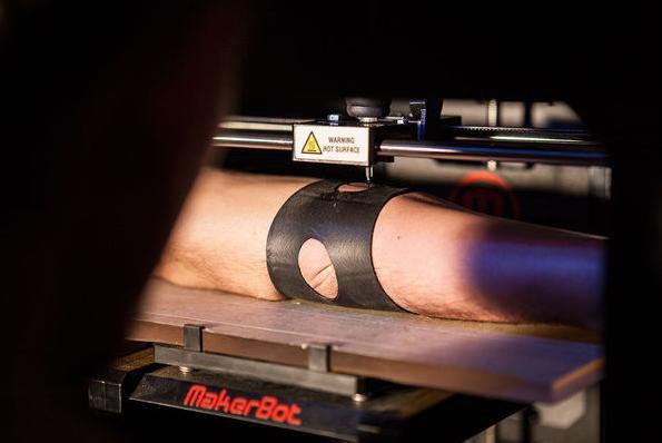 Французские студенты сделали робота-татуировщика из 3D-принтера. Изображение № 1.