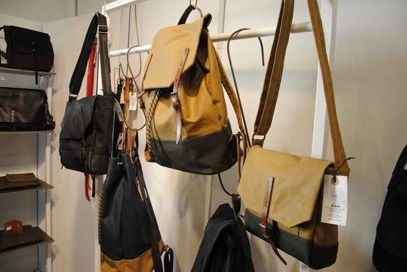 Вот такой, например, рюкзак — двуцветный и затягивающийся на шнурок.. Изображение № 12.