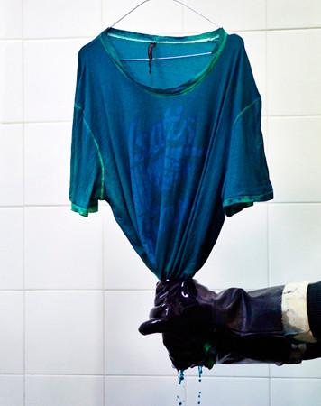 Nudie Jeans окрасили вещи из новой коллекции пигментом цветка вайды. Изображение № 9.