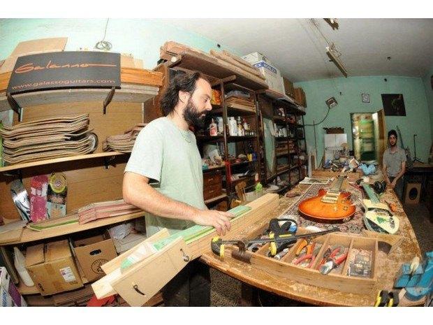 Аргентинская мастерская создает электрогитары из старых скейтбордов. Изображение № 15.