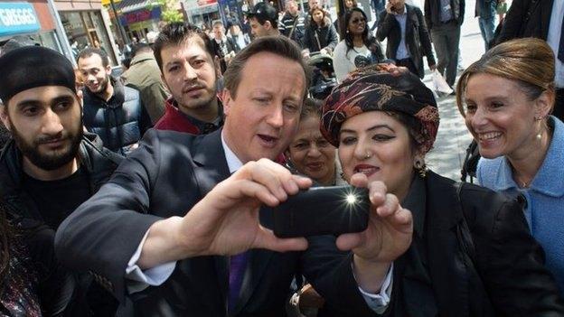 Британцам запретили делать селфи во время выборов. Изображение № 1.