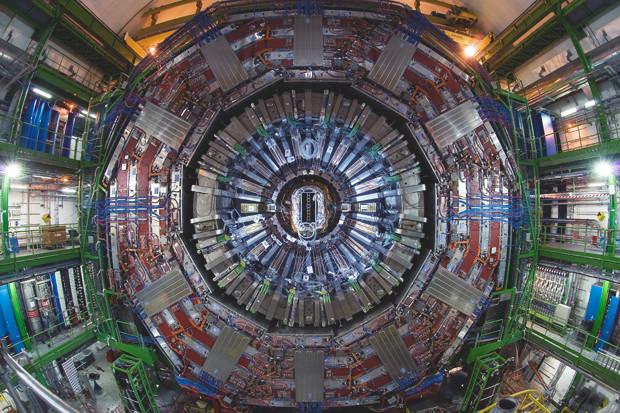 Детектор CMS, фронтальный вид. Детекторы имеют слоистую структуру —каждый слой регистрирует свои изменения среды. Изображение № 7.