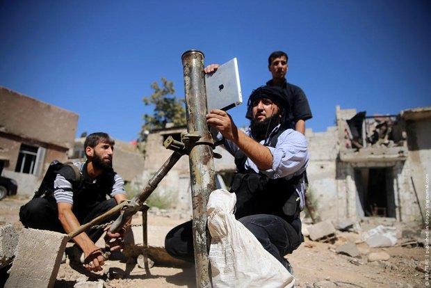 Сирийские повстанцы стреляют из миномета при помощи приложения в iPad. Изображение № 1.