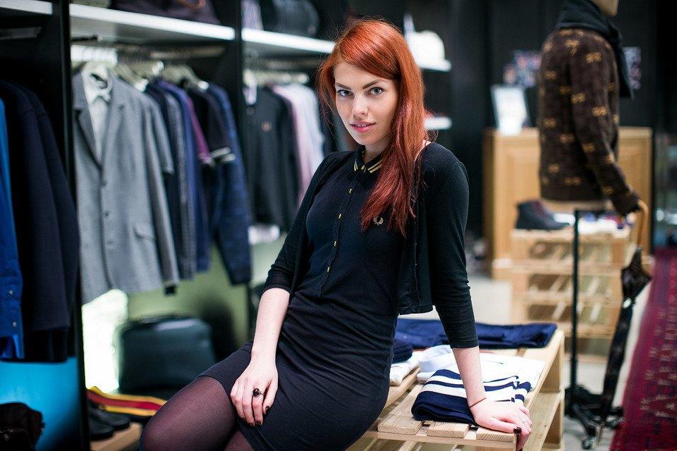 5 красивых продавщиц в магазинах мужской одежды выбирают вещи для парня их мечты. Изображение № 1.