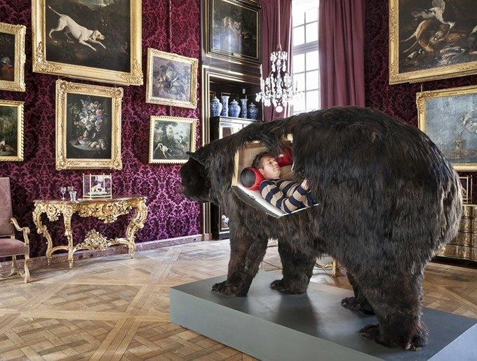 Художник из Франции прожил две недели в чучеле медведя. Изображение № 4.