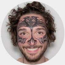На лбу написано: Путеводитель по татуировкам на лице. Изображение №14.