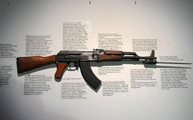 Британские художники представили миролюбивые модификации АК-47. Изображение № 4.