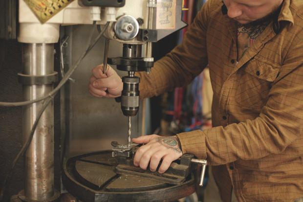 Часть процесса обработки рамы для тату-машинки в мастерской Влада. Изображение №8.