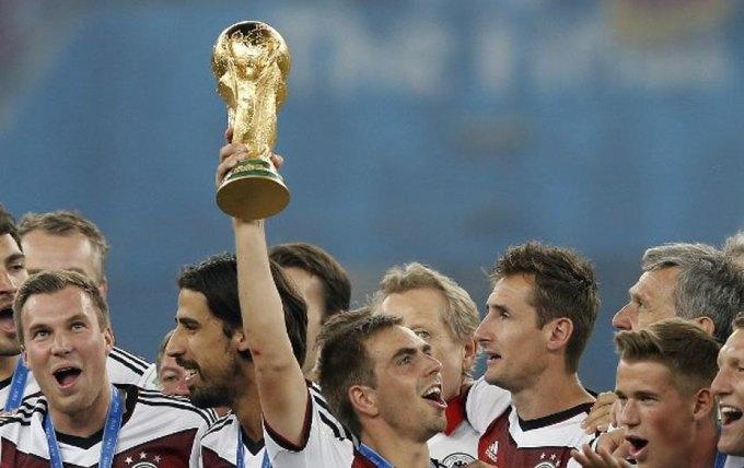 Футболисты сборной Германии откололи кусок от Кубка мира. Изображение № 1.