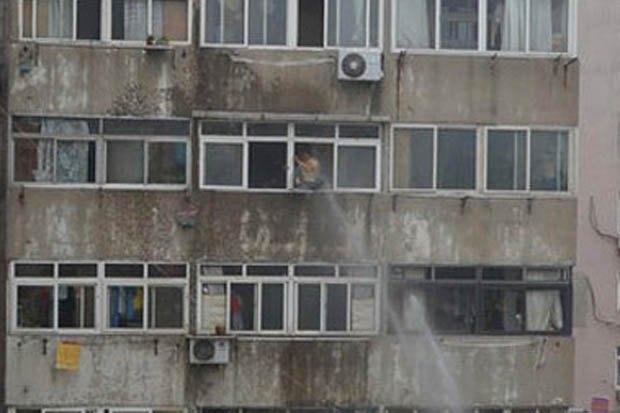 Китайские пожарные спасли самоубийцу с помощью брандспойта . Изображение № 1.