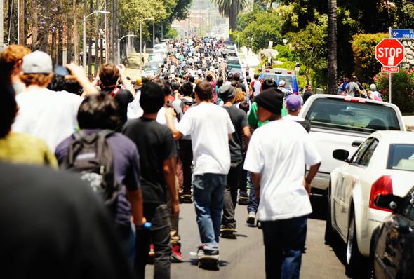Изображение 12. Скейтбордисты Лос-Анджелеса устроили «Безумие на улицах города».. Изображение № 1.