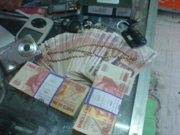 В сети нашли члена мексиканского наркокартеля, который любит делать селфи. Изображение № 17.
