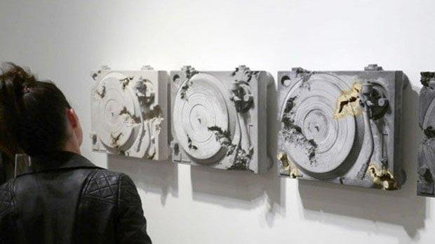 Художник воссоздал предметы современной культуры из вулканического пепла. Изображение № 1.