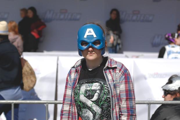 Вендетта по-русски: Девушки в масках супергероев на премьере «Мстителей». Изображение №4.