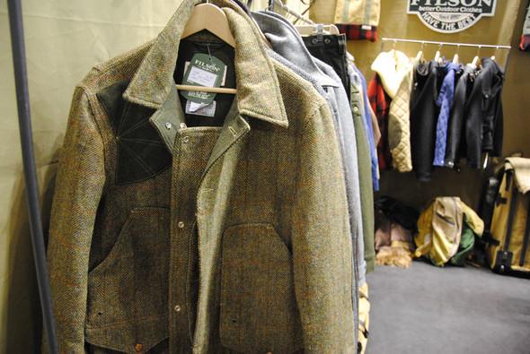 У твидовой куртки непривычно много карманов, причем вместительных. Они значительно утяжеляют куртку, даже если в них ничего не класть, но выглядят очень незамысловато. Изображение № 9.