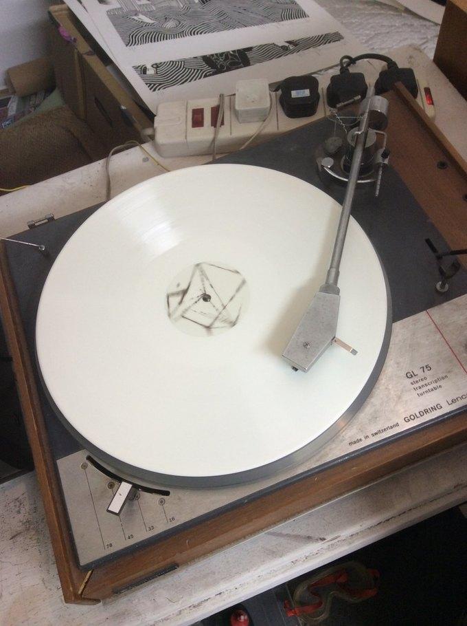 Том Йорк фотографией белой пластинки анонсировал новый альбом. Или нет?. Изображение № 1.