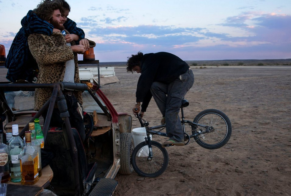 Как развлекаются посетители фестиваля Burning Man в африканской пустыне. Изображение № 35.