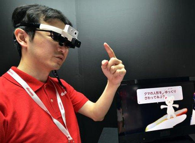 Японцы создали очки, которые переводят текст во время чтения. Изображение № 1.
