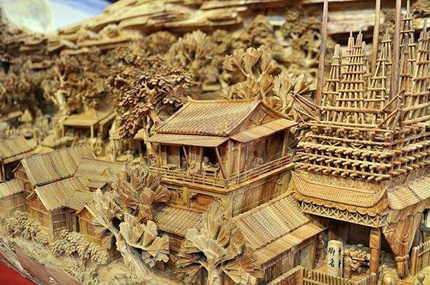 Китайский мастер попал в «Книгу рекордов Гиннесса» за самую длинную скульптуру из дерева. Изображение № 2.