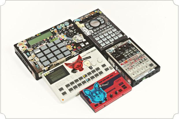 Вопреки распространенному мнению, у моих электронных инструментов есть душа. Раньше я принципиально не использывал компьютер для написания музыки, поэтому все эти «норды», «роланды» и «акаи» для меня как родные.. Изображение № 21.