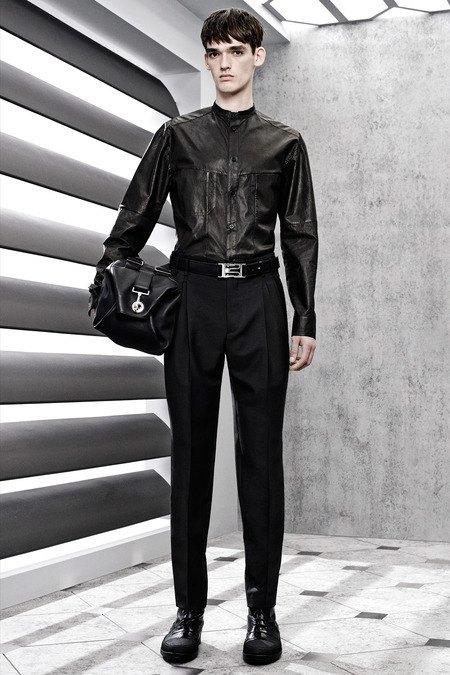 Французский бренд Balenciaga опубликовал лукбук новой коллекции. Изображение № 16.