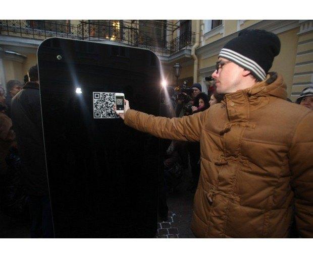 В Петербурге открыли памятник Стиву Джобсу в виде огромного iPhone. Изображение № 2.