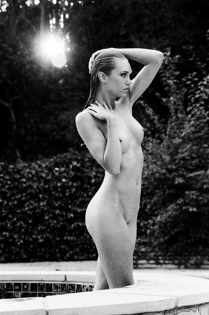 Американская модель Яна Ли сфотографировалась для эротического блога Nowear Land. Изображение № 1.