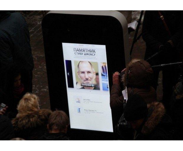 В Петербурге открыли памятник Стиву Джобсу в виде огромного iPhone. Изображение № 3.