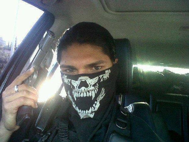В сети нашли члена мексиканского наркокартеля, который любит делать селфи. Изображение № 1.