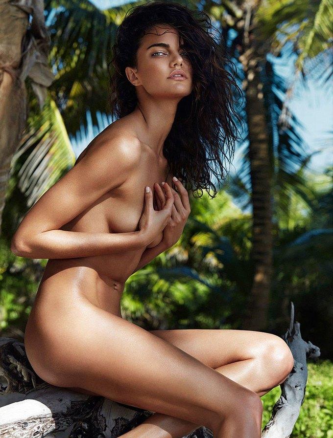 Бразильская модель Барбара Фиальо сфотографировалась для июньского номера GQ Australia. Изображение № 3.