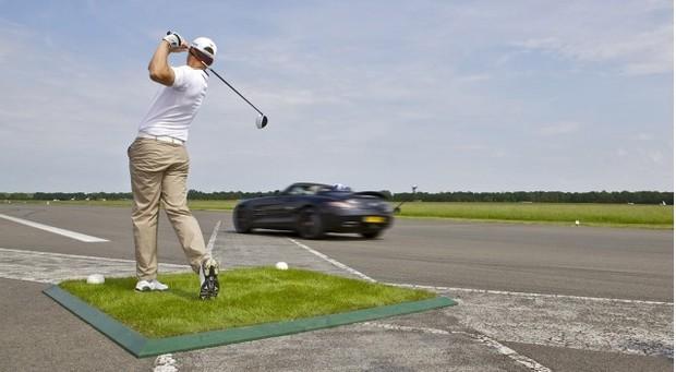 Гонщик «Формулы-1» вошел в книгу рекордов Гиннесса, поймав мяч для гольфа на скорости почти 200 км/ч. Изображение №1.