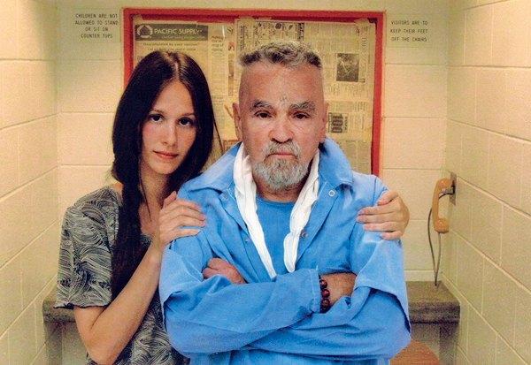 Знаменитый маньяк-убийца Чарльз Мэнсон собрался жениться в тюрьме на молодой девушке. Изображение № 1.