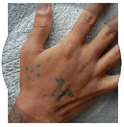 Тату на пальце с ромбом 6