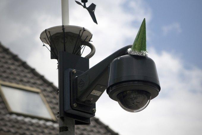 Голландцы отпраздновали юбилей Оруэлла, украсив камеры наблюдения. Изображение № 3.