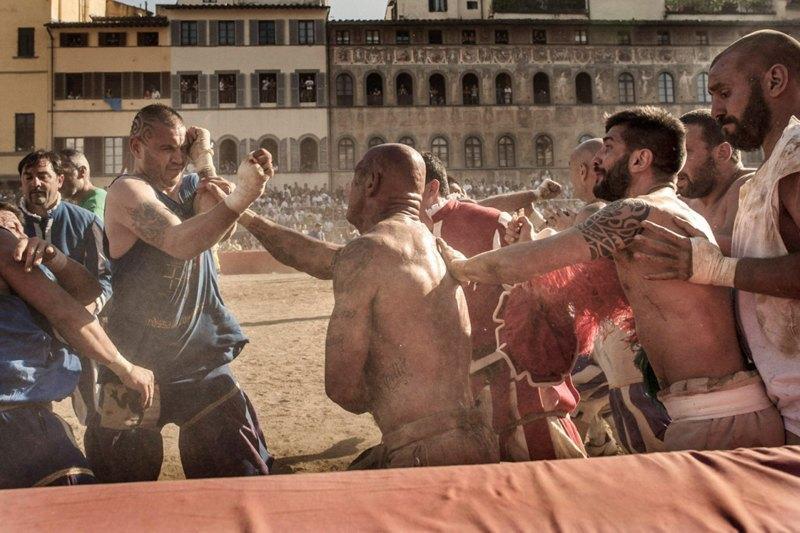 Как выглядит самая кровожадная разновидность футбола —кальчо флорентино. Изображение № 30.