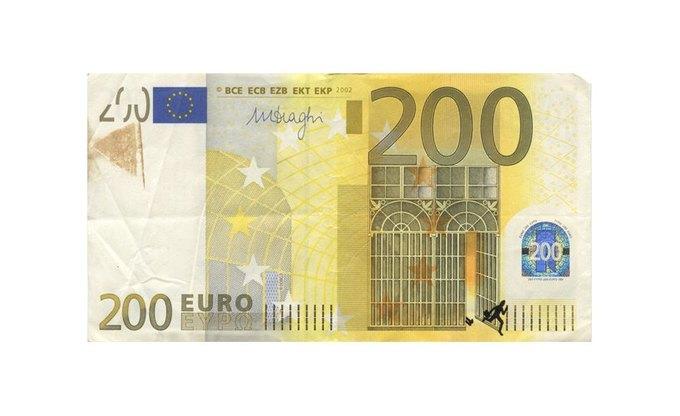 Художник «портит» банкноты евро в знак протеста. Изображение № 4.