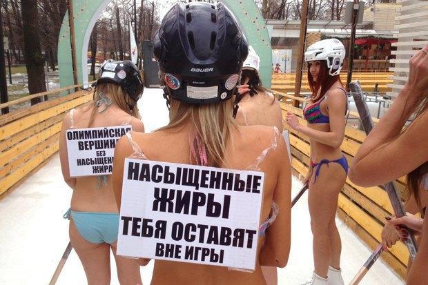 Девушки в купальниках сыграли в хоккей в саду имени Баумана. Изображение № 2.