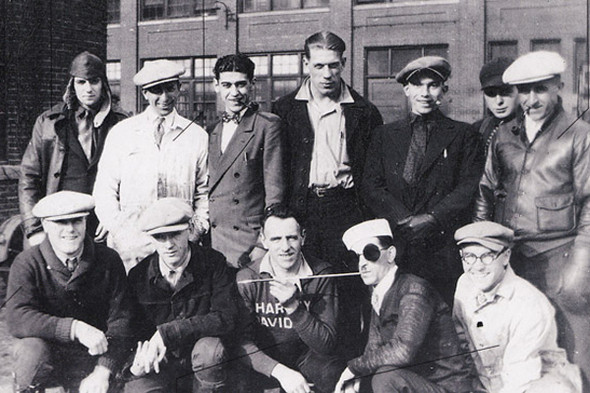 Группа мотоциклистов. Фотография из книги Harley-Davidson Book of Fashions, 1918 год. Изображение №54.