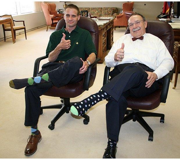 Американцы поздравили бывшего президента цветными носками. Изображение № 6.